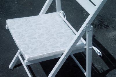 Аренда (прокат) мягких подушек белых/черных на деревянные стулья по 15 грн\сутки