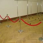 Аренда столбиков с красными канатиками_прокат оградительных столбиков с канатами