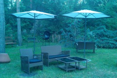 Аренда садовых зонтов бежевого цвета с бетонными подставками по 180 грн/сутки