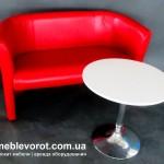 Аренда красного цвета дивана на два места В Киеве